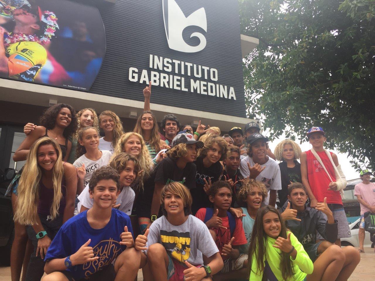 Charles e atletas do Instituto Gabriel Medina