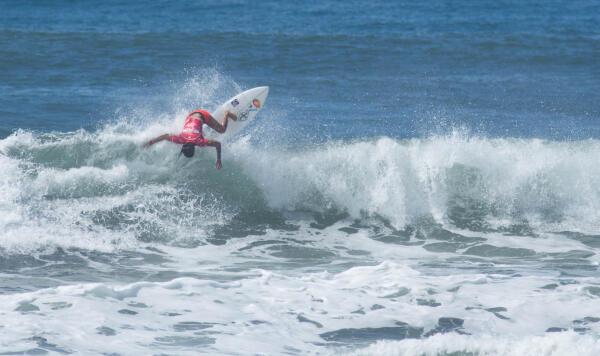 Silvana Lima (BRA) winning her Round 2 heat at the Essential Costa Rica Open Pro QS3,000